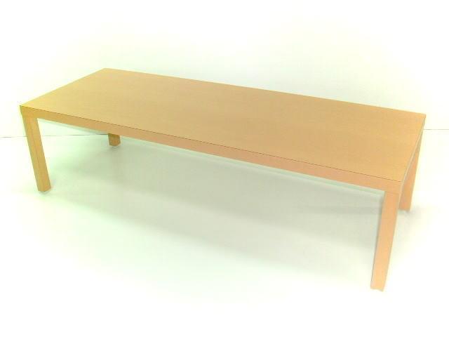 DIYで完成したメラミン化粧板仕上げのリビングテーブル