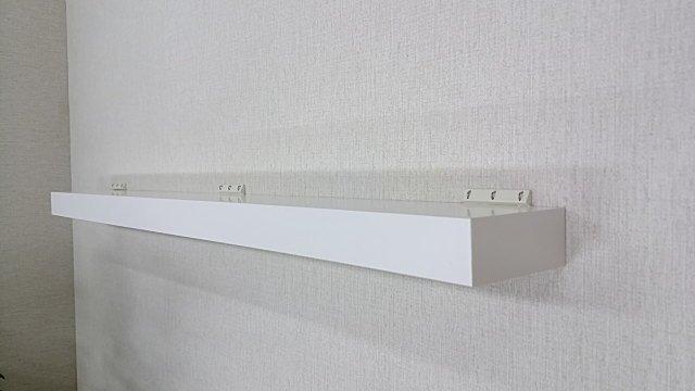 壁におしゃれな白い棚を取り付けよう。