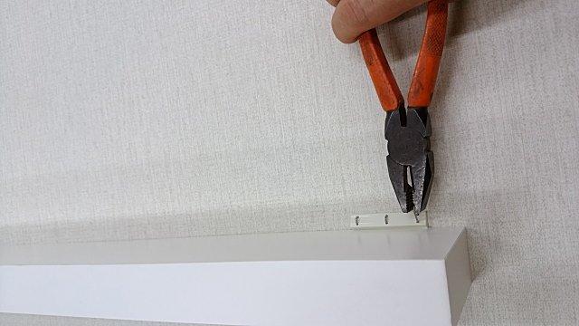壁取り付け専用飾り棚のピンを外すときはペンチで抜く。
