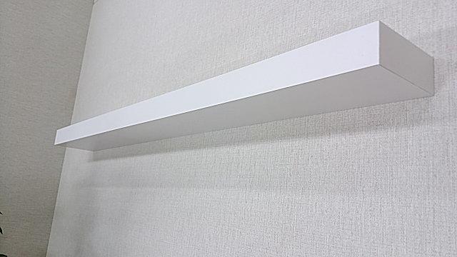 壁に白い(ホワイト)の棚を付けるとモダンな飾り棚の出来上がり。