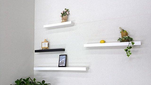 壁取り付け用の白い飾り棚、棚受け金具は使用しないシンプル棚。