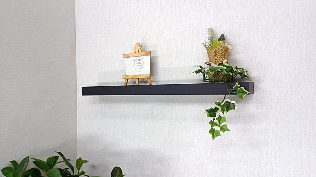 クロスの壁に取り付けできる小物収納棚。