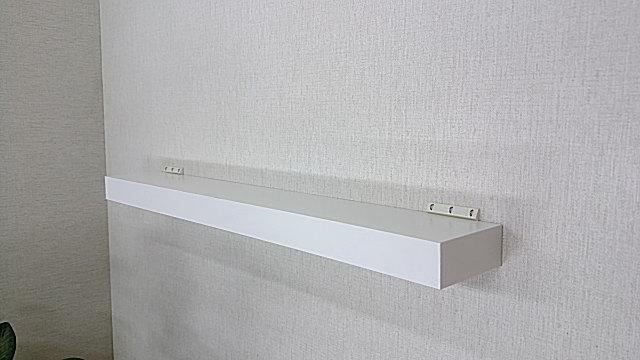 壁付用の棚板パネル、くぎやビス、ネジを使わないで壁に止める棚板パネル。