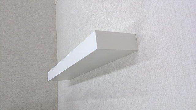 壁取り付け用の白色棚、簡単にDIYでクロス下地の石膏ボード