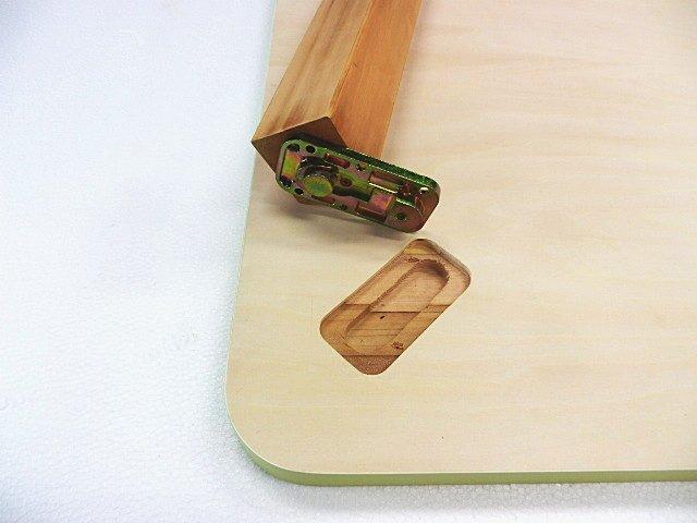 木製脚を天板裏面に座金に合わせて掘り込み加工(アトムワンツージョイント)