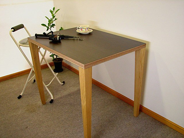テーブル脚用連結金具、アトムワンツージョイントで天板と連結した脚。