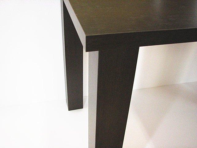 メラミン化粧板で角脚を作りメラミン化粧板天板に取り付け。