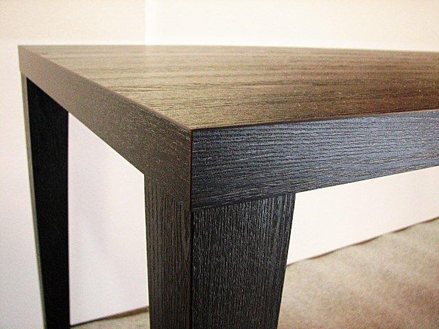 メラミン化粧板仕上げのカウンターテーブルの脚、脚先絞りタイプ。