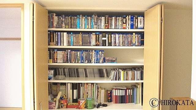 クローゼット収納内部に棚板を増設して本棚にリフォーム!