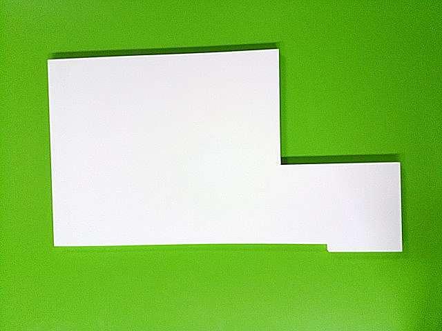 白色ポリエステル化粧板の切り欠き穴あけ変形加工