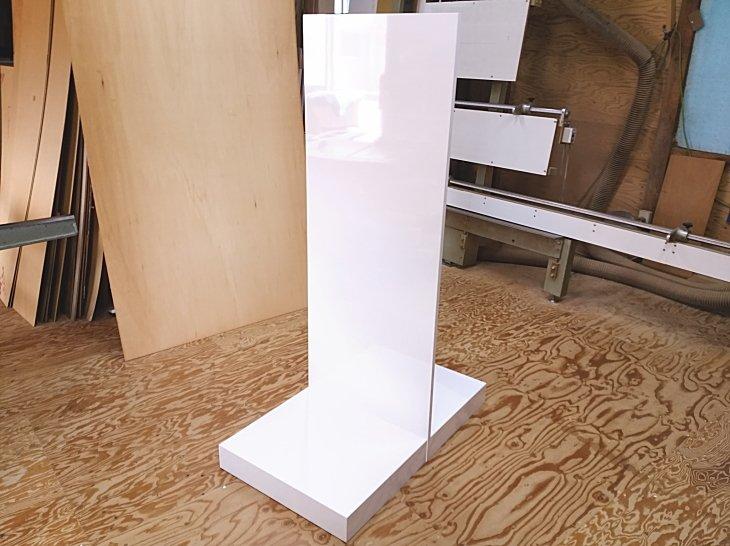 背板、バックパネル付き展示台