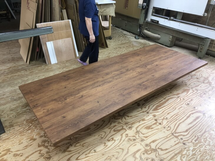 カントリー調のダイニングテーブル天板