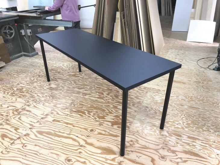 ダイニングテーブル黒 油よ取れに強い。指紋が目立たないメラミン化粧板