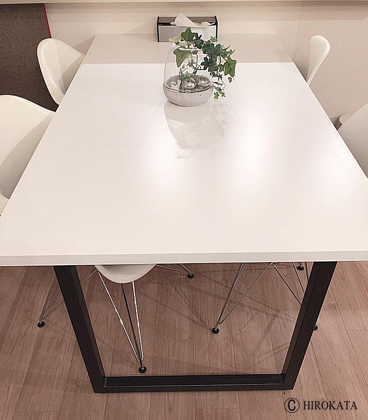 テーブルトップ白と脚は黒のダイニングテーブル