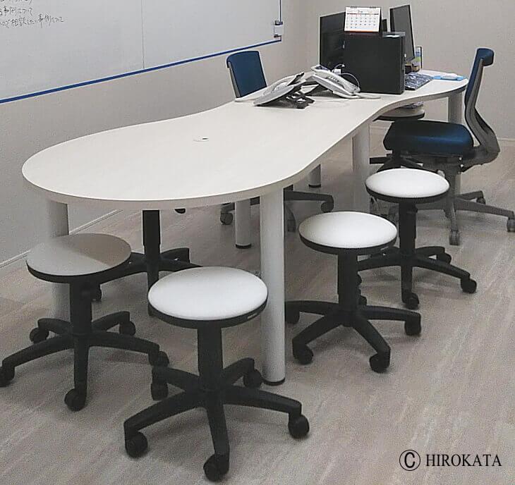 オフィスで使用するミーティングテーブル