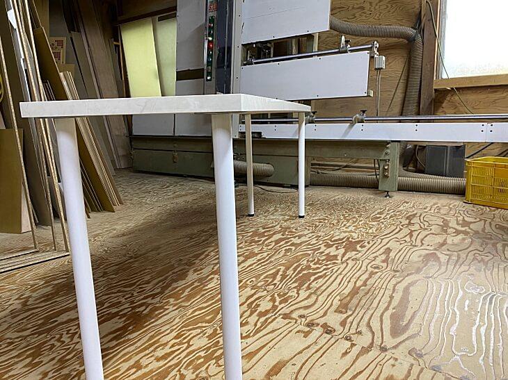 メラミン化粧板天板の反りタワミ対策を施したテーブルやデスク、カウンターの天板