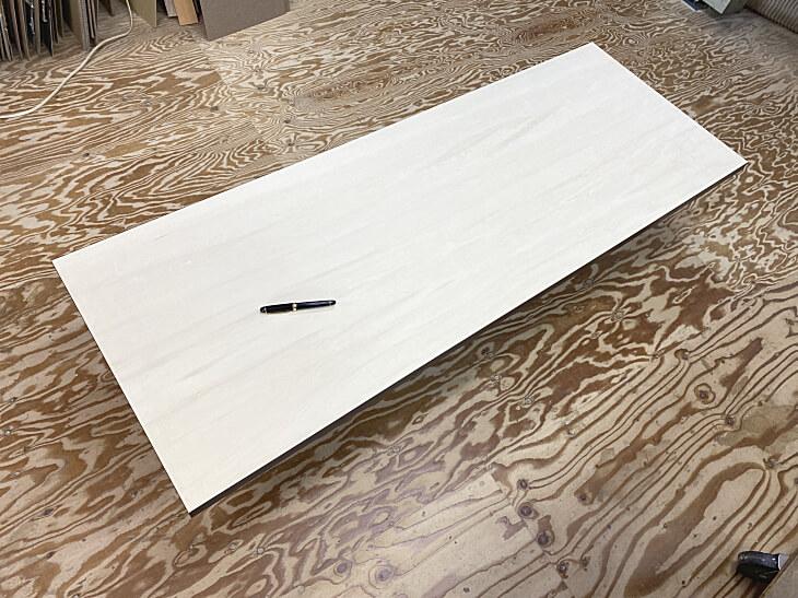 メラミン化粧板仕上げ天板の裏面は無塗装シナ合板(シナベニヤ)
