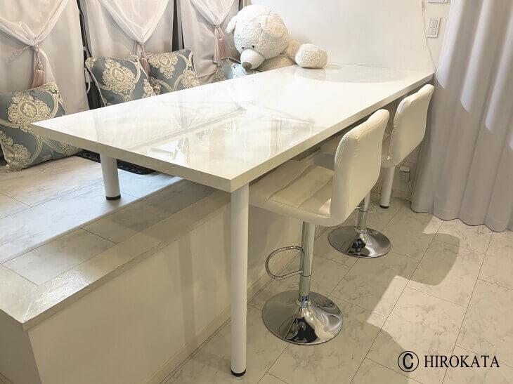 小上がり用の前後で高さの違う脚を付けたダイニングテーブル