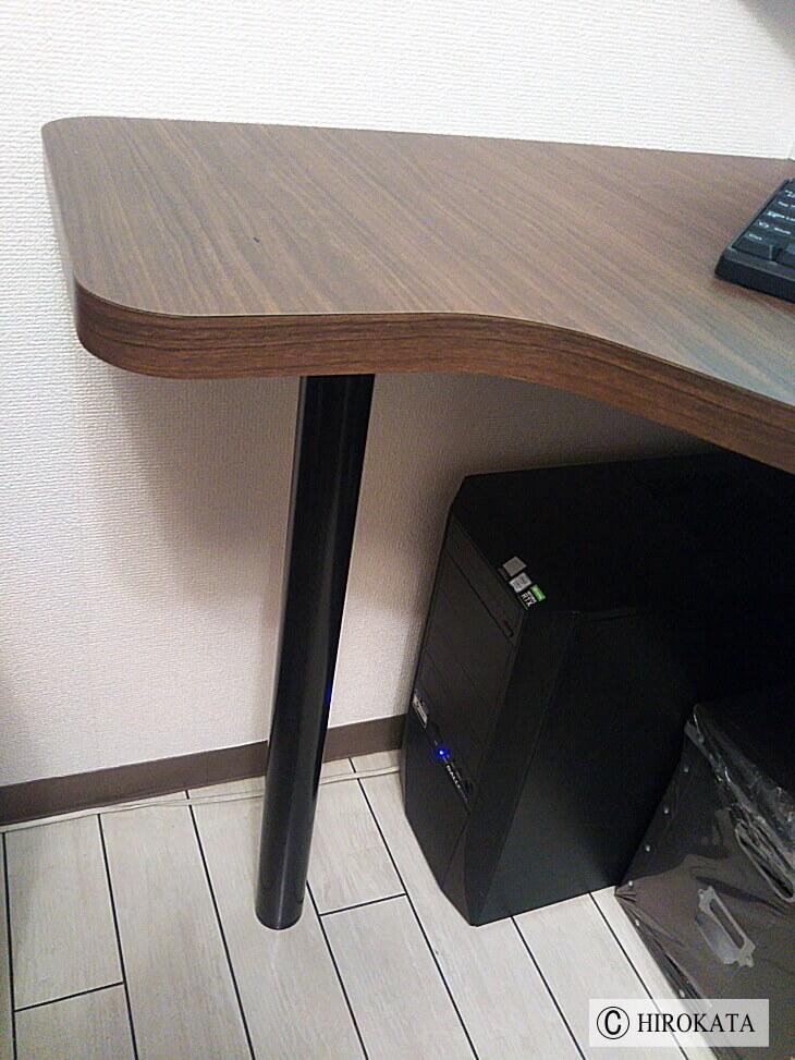 パソコンデスクに黒の脚取り付け写真