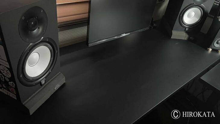 オーディオ機器のスピーカーをのせるデスクの天板