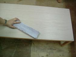 テーブル天板に貼る前に表面をペーパーで平らにしましょう。
