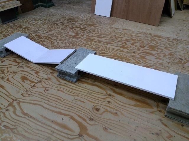 パーティクルボードとポリ板の棚板比較