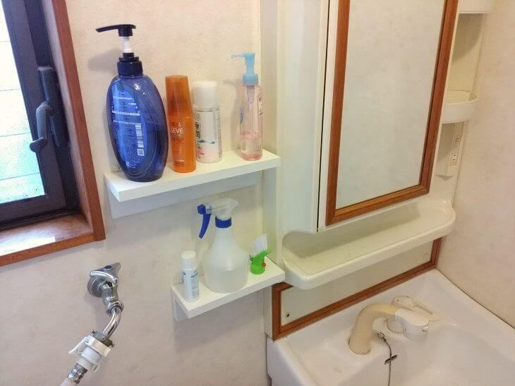 洗面所に白いウォールシェルフを簡単に取り付け