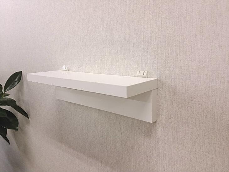 洗面所のウォールシェルフに洗剤を載せる棚